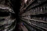 Passarela para explorar o altíssimo e estreito corredor