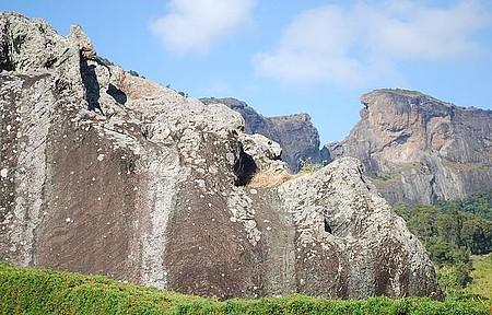 Rapel é praticado no conjunto de formações da Pedra do Baú