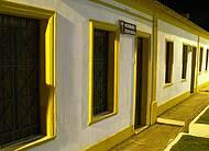 Vida noturna colorida no centro histórico de Arraial D'Ajuda, Bahia