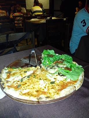 Pizza Vegetariana e Gorgonzola com Salame Picante-Meio a Meio