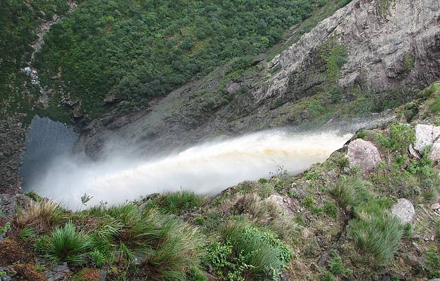 Cachoeira da Fumaça e o Poço lá embaixo... Cheia por causa das chuvas!