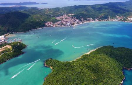 7 motivos para visitar a Ilha de Porto Belo (SC) - Do alto, toda a beleza da ilha tomada por mata Atlântica
