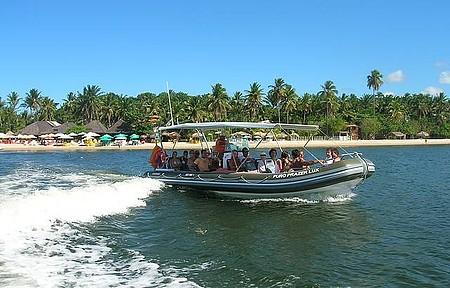 Embarcações dão volta por boa parte da ilha