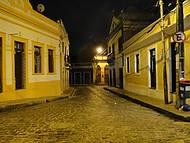 Vista noturna das ruas de Olinda