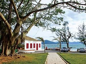 À Beira Mar: Casario açoriano enfeita a paisagem<br>