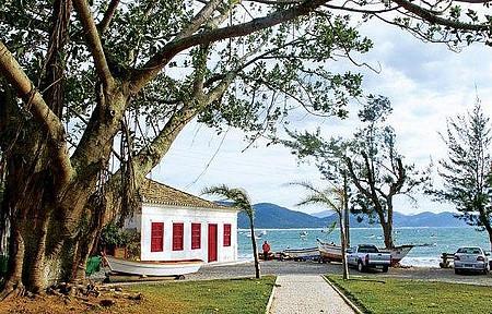À Beira Mar - Casario açoriano enfeita a paisagem