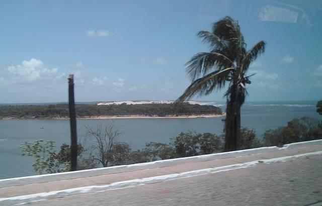 Chegando em Tibau do Sul. Lagoa de Guaraíra encontrando com o mar.