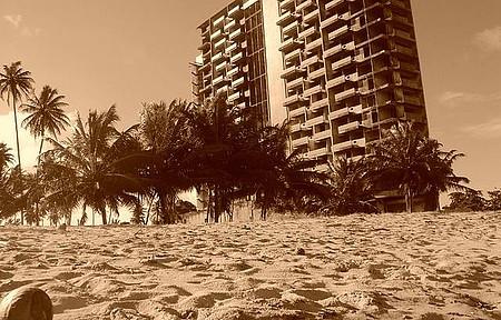 Prédio de frente com a praia em maria farinha, é utilizado para paintboll