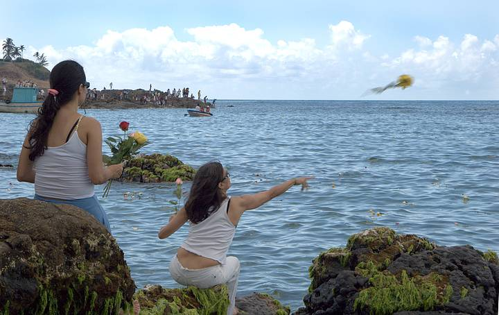 Devotos jogam flores para a rainha do mar