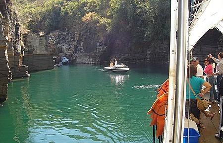 Passeio de barco pelo Lago de Furnas - passeio de chalana no lago de Furnas