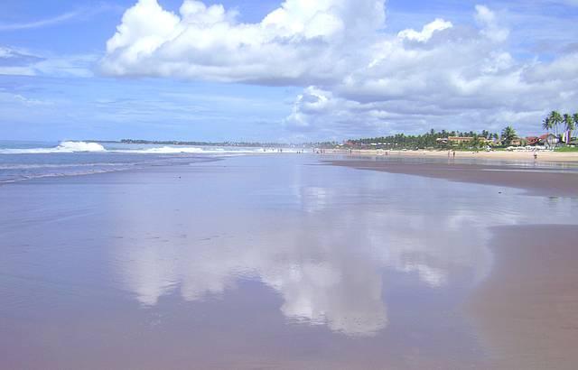 Praia tranquila de águas limpas. Um espelho.