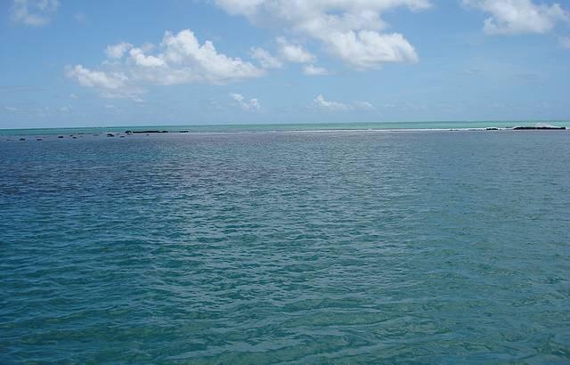 Foto de cima do Catamarã a caminho das piscinas naturais
