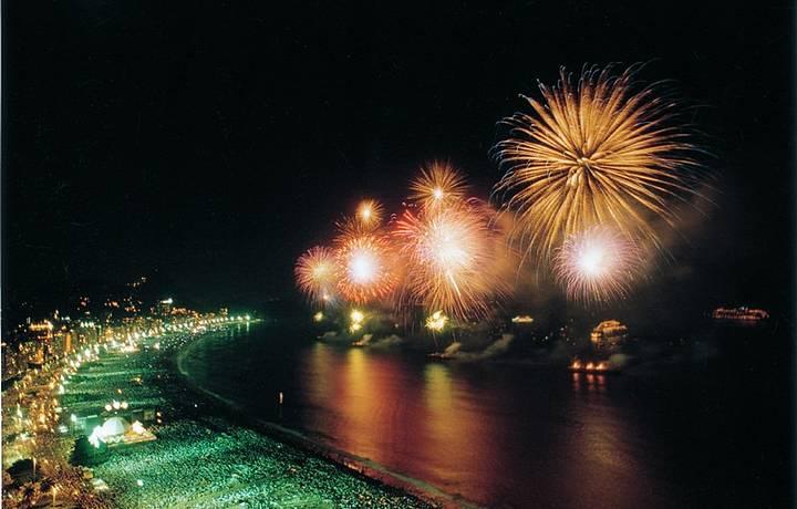 Virada do ano reúne mais de dois milhões de pessoas na praia