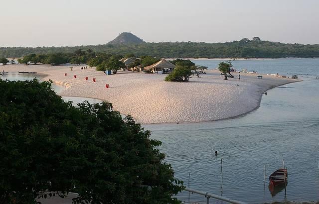 Rios formam praias perfeitas para relaxar