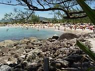 Praia da Ferrugem é point dia e noite na alta estação