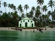 Igreja na beira do mar na Praia dos Carneiros