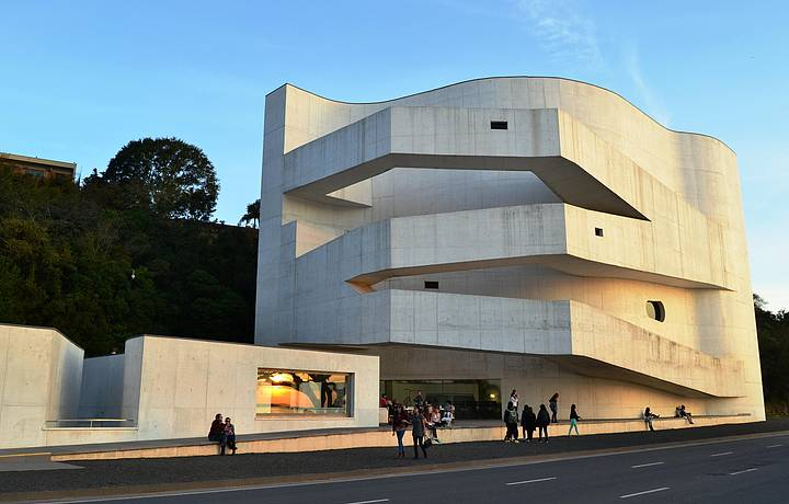 Fachada leva a assinatura do arquiteto português Álvaro Siza