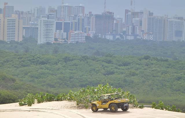Vista de cima das dunas para cidade