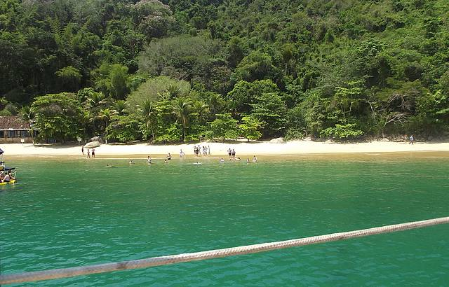 Passeio de escuna em meio a ilhas e praias