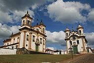 Na Praça Minas Gerais, as principais igrejas