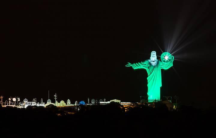 Monumento ilumina a cidade todas as noites