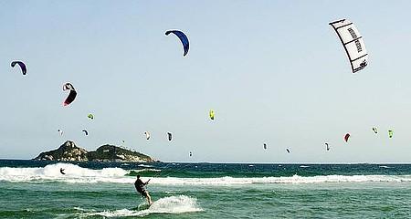 Praia da Barra: ponto de encontro da turma do kitesurf
