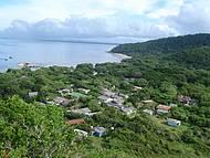 Pousadas da Praia das Encantadas (maior aglomeração da ilha) e trapiche