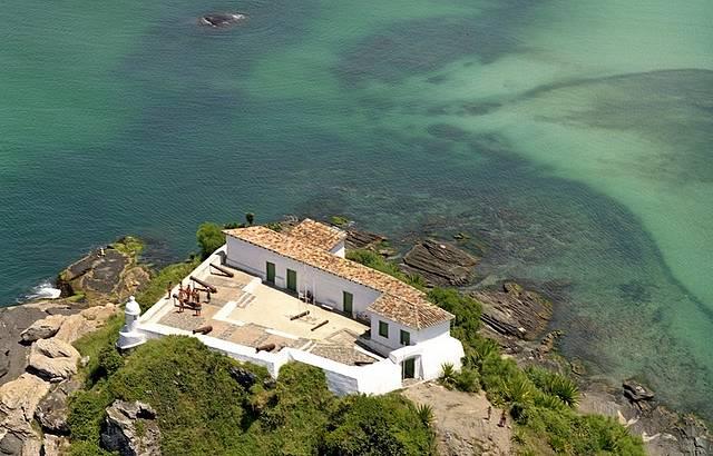 Águas Verdes Transparentes Emolduram o Preservado Forte