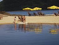 Lagoa e mar separada por pequena faixa de areia