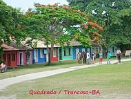 Casas Coloridas Enfeitam o Quadrado