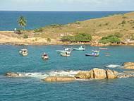 Barquinhos de pescadores completam a paisagem