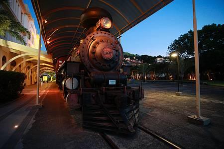 Museu Ferroviário / Vale - Maria Fumaça enfeita o jardim