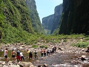 Itaimbezinho: Trekking corta rio no interior do cânion<br>
