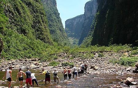 Itaimbezinho - Trekking corta rio no interior do cânion