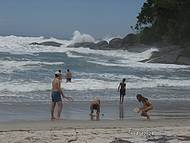 Ponta da praia com o rio, tava muito bravo o mar.