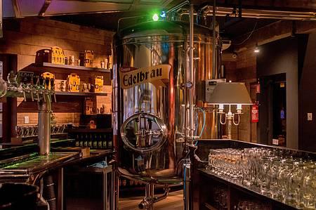 Cervejaria Edelbrau - Carta de cervejas é degustada no aconchegante pub da marca