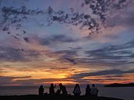 Contemplação do nascer do sol no morro do careca em Balneário Camboriú, SC