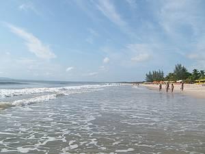 Praia de Guaibim: Extensa, � salpicada por quiosques e pousadas -