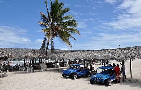 Mangue Seco - Veículos levam às barracas na beira da praia
