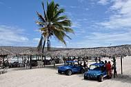 Veículos levam às barracas na beira da praia