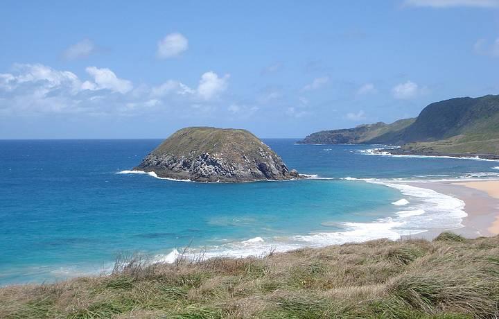 Esta praia fica no mar de fora.