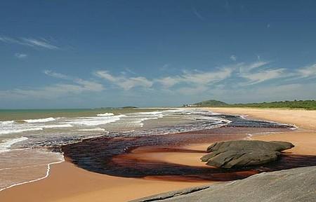 Parque Estadual Paulo César Vinha - Encontro da Lagoa da Coca-Cola com o Mar.