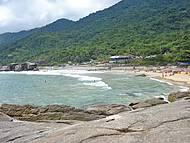 Praia bastante frequentada por surfistas.