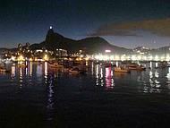 vista noturna da Baía da Guanabara com o Corcovado ao fundo