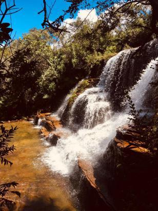 Paradisíaca cachoeira com piscina natural