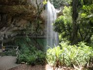 Foto por trás da cachoeira
