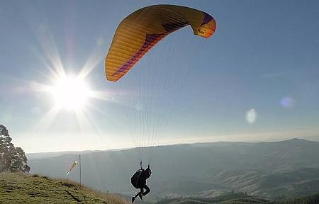 Esportes radicais - Voo de parapente nas montanhas de Poços de Caldas