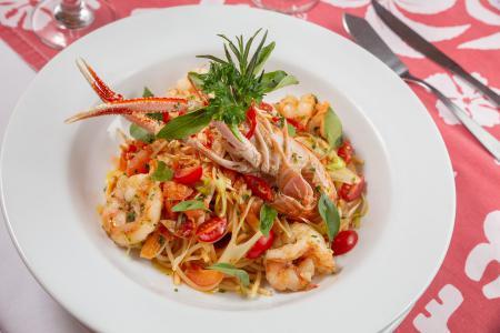 Do mar para a saborosa mesa de Búzios (RJ) - Bar do Zé traz massa com camarões e tomates - tudo fresco!