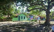 Casas Coloridas em Volta do Campo de Futebol