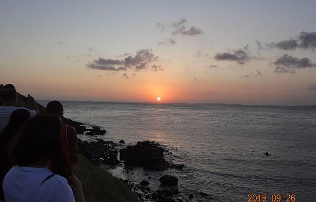 P�r do sol no Farol da Barra